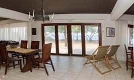 Met openslaande deuren naar het terras (villa 1)