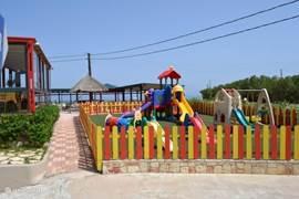 De kinderspeelplaats bij het Golden Bay hotel op 50 meter afstand.