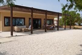 Heerlijk 's-ochtends ontbijten op het terras (villa 1)