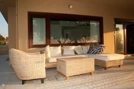Lange avonden genieten op de loungeset van de zonsondergang (villa 1)