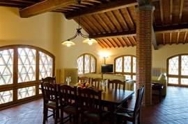 Grote lichte living van appartement Marzocco 1 met grote zitbanken en een sofabed voor 2 personen. Antieke terracotta vloer, ingelegd met notenhout Deze living heeft airconditioning.  Klikt u svp op de foto's  voor vergroten