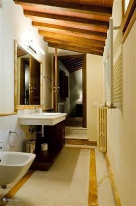 Marmeren badkamer nr. 1  met wastafel, douche, toilet en bidet.
