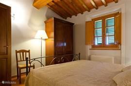 Slaapkamer nr.2  met antieke kast.