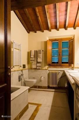 Marmeren badkamer behorend bij slaapkamers nr. 2 en 3.  Met ligbad, toilet en dubbele wastafels.
