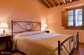 Slaapkamer nr. 3 met heerlijk breed King Size bed 190 cm breed en 200 cm lang met airco en horren