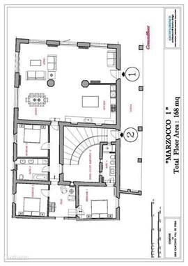 Plattegrond van Marzocco 1 met entree rechtsboven.  U ziet op de tekening rechtsonder overigens ook de entree van Marzocco 2 met halfronde trap naar beneden  in een rustieke open court.