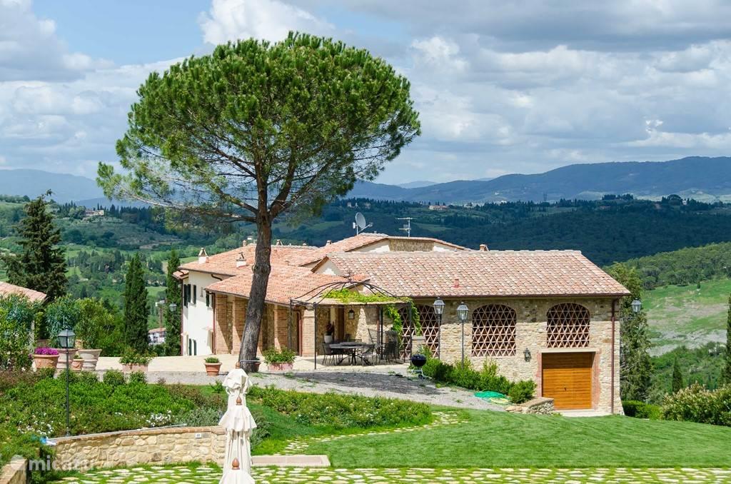 Marzocco 1 is het eerste appartement met de kenmerkende terracotta-ramen, vanaf het zwembad gezien