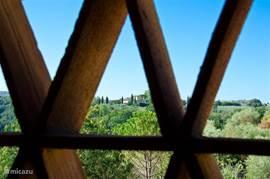 Alle (openslaande) ramen in de living hebben nog de originele Toscaanse zonwerende roosters. Gemetseld van teracotta tegels.