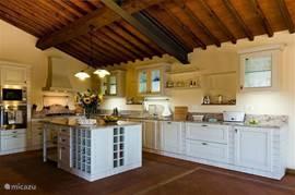 Bijzondere open keuken, klassiek Toscaans. Met lang granieten aanrecht
