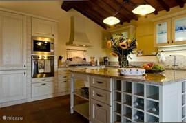 Plezierig werken aan het eiland in de keuken. Granieten blad.