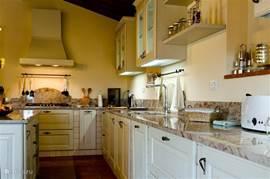 Zeer compleet ingerichte keuken, incl. vaatwasser, magnetron etc