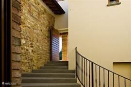 Entree van Marzocco 2 via een authentieke intieme court Brede flauw dalende trap naar uw voordeur In de court vindt u een klein koffie-terras.  Klikt u svp op de foto's voor vergroten
