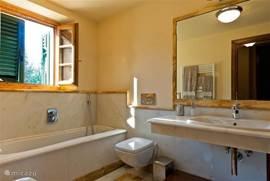 Badkamer nr. 2 met ligbad, aparte douche, wastafel, toilet en bidet