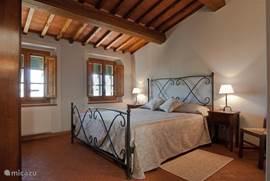 Romantische slaapkamer nr. 3 met balkenplafond en breed smeedijzeren bed (190 cm breed en 200 cm lang)