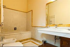 Badkamer nr. 3 met ligbad,wastafel, toilet en bidet