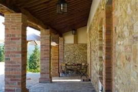 Loggia met entree van uw appartement Zeer oud balkenplafond. Hier werden voorheen de werkpaarden ondergebracht.