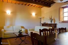 Fraaie woonkamer met zithoek Zachtgeel lederen zitbanken waarvan 1 een sofabed voor 2 personen Flatscreen-TV