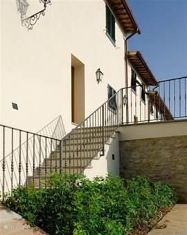 Via de trap komt u in uw tuin met prachtige vergezichten op de Chianti wijnvelden, pijnbossen en cypressen