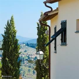 De kenmerkende groene luiken voor de vele ramen van Marzocco. Overal mooie vergezichten op de Toscaanse heuvels.  Wijn- en olijfgaarden rondom