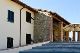 Afwisselend heeft Fattoria Marzocco ruwe stenen- en gestucte muren. Hier ziet u de Loggia waar het s'morgens heerlijk ontbijten is of in de namiddag voor een aperitief.