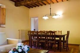 De eethoek met grote tafel voor 8 personen. Openslaande deur naar zonneterras op het zuiden