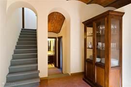 Trap naar de 1e verdieping waar slaapkamer nr 3 is met bijbehorende badkamer