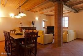 Royale woonkamer met origineel terracotta plafond, ditto vloeren. Zithoek met zachtgeel leren banken incl sofabed voor 2 personen.  klikt u svp op de foto's om te vergroten