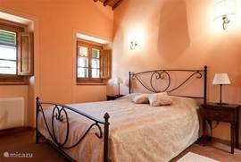 sfeervolle slaapkamer in Marzocco 3 Al onze slaapkamers hebben airconditioning en horren