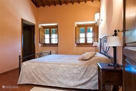 Deze slaapkamer heeft links de deur naar de marmeren badkamer