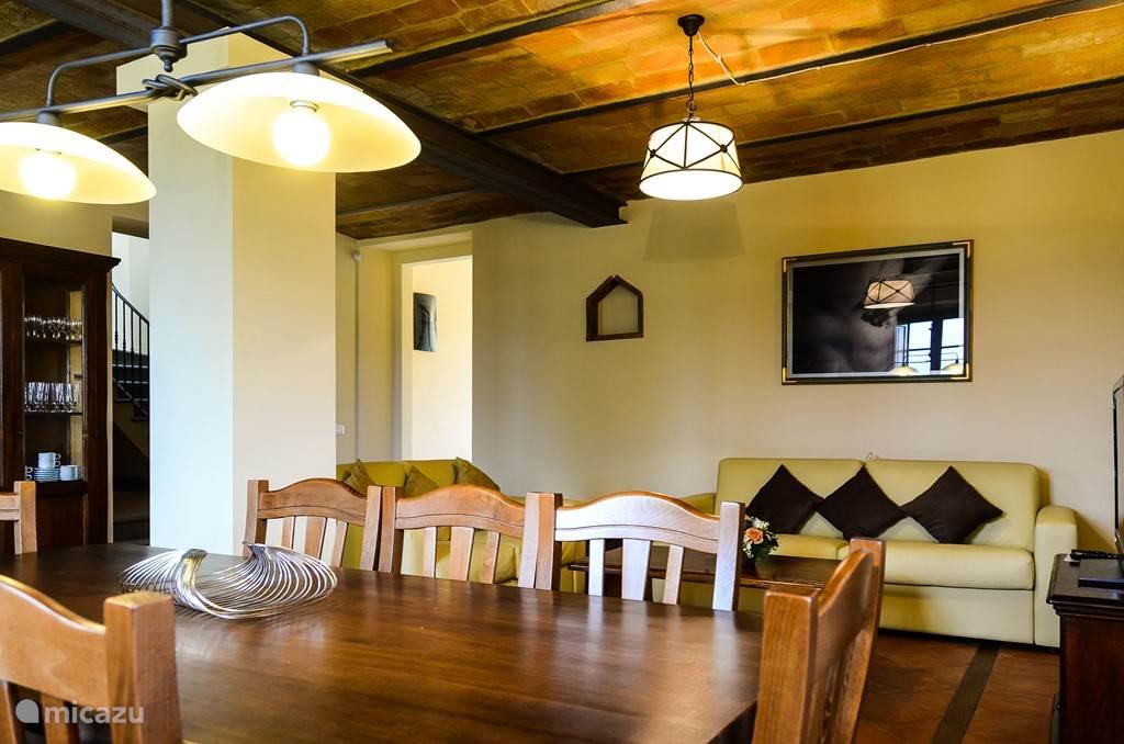 typisch Toscaans terracotta plafond in de woonkamer met lederen banken
