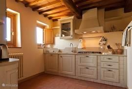 Klassiek toscaanse keuken ,zeer compleet voorzien met o.m. vaatwasser, magnetron etc