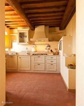 balkenplafond en terracotta vloer in de keuken