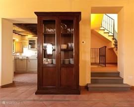 Links ziet u de keuken, rechts de opgang naar de 1e verdieping met slaapkamers en badkamers.