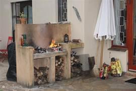 Naast een gas barbecue heeft Rivendell ook een originele Afrikaanse braai, met ruimte voor een vlees rooster en het traditionele gietijzeren potjie