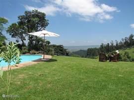 Weids uitzicht over het Afrikaanse land. Prachtige zonsondergangen. In de heuvelachtige tuin zijn diverse zitjes en terrassen.