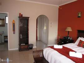 Masterbedroom met tweepersoons bed, garderobe en badkamer en suite.