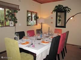 Sfeervolle eetkamer, met 8 ruime zitplaatsen, om rustig thuis te dineren.