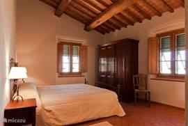 Slaapkamer 2 met balkenplafond