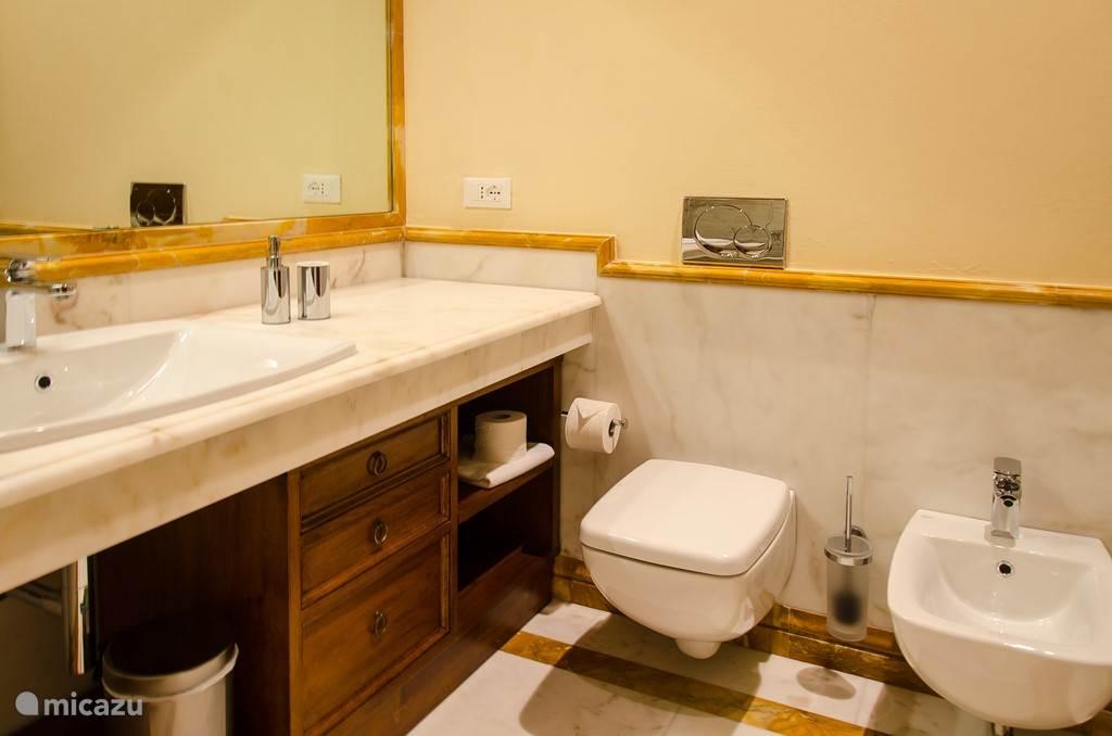 2 echt complete badkamers