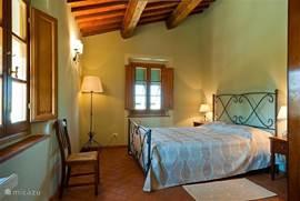 Romantische slaapkamer 1,  met smeedijzeren bed, Toscaanse kleuren. Airco en horren