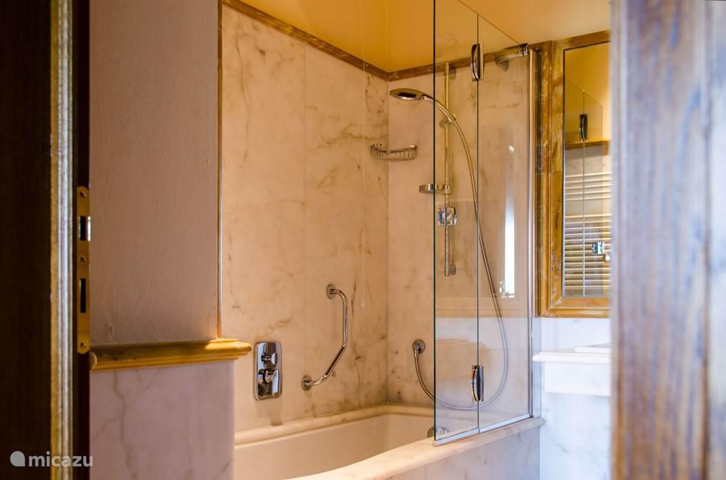 Luxe marmeren badkamer