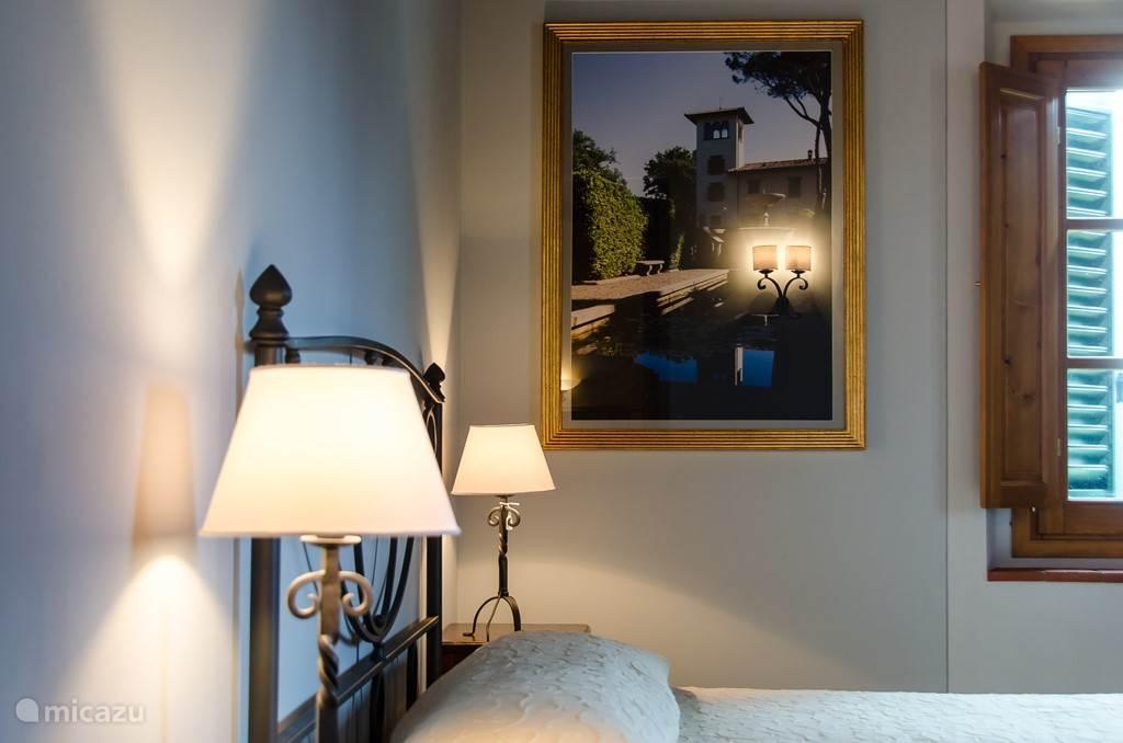 Fraai ingerichte slaapkamers met smeedijzeren bedden en perfecte matrassen ( 190x200 cm lang)
