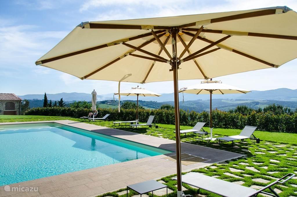 Zwembad met wijds uitzicht over de Toscaanse heuvels