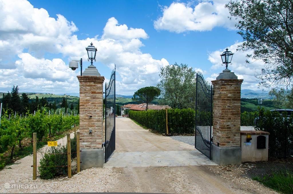 De -automatische- poort van Marzocco en/Villetta wijd open voor u. U parkeert uw auto veilig op ons terrein