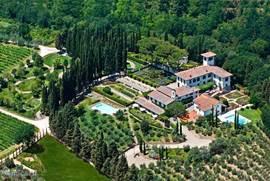 Foto van een deel van het landgoed met de Renaissance      Villa Licia  rechtsboven.