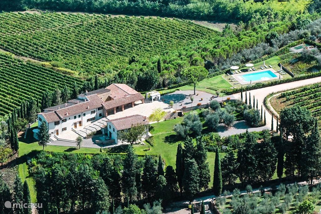 Luchtfoto van Fattoria Marzocco met ervoor de Villetta