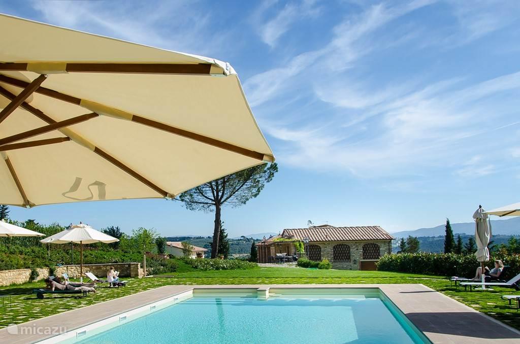 Grote terrassen rond het zwembad