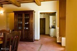 Antieke Toscaanse kast met rechts doorgang naar de keuken Terracotta vloer met traditionele houten bies afgewerkt