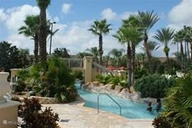Het 10.000 m2 tropische zwempark is exclusief voor gasten van het park. Het beschikt over 2 verwarmde zwembaden, glijbaan, waterval en lazy river. Zowel binnen als buiten is er een jacuzzi.