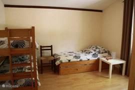 Slaapkamer 2: met stapelbed en onderschuif-combinatie en linnenkast.